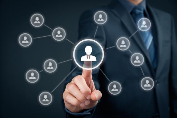 CRM, Datenschutz, Person tippt auf Profil